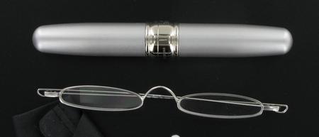 čtecí brýle úzké v  pouzdře ve tvaru doutníku