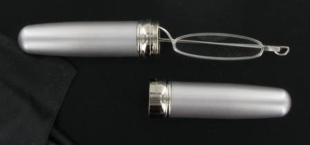 čtecí brýle úzké ve stříbrném pouzdře ve tvaru doutníku